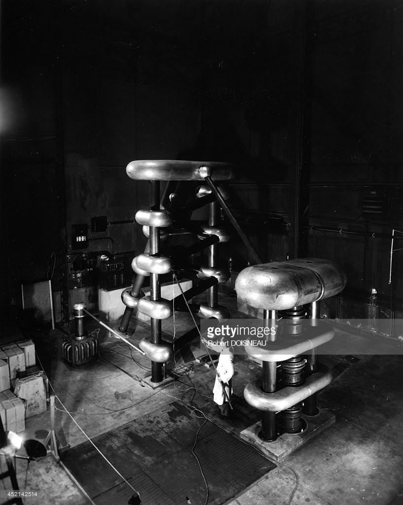 1942. Генератор Кокрофта - Уолтона в лаборатории ядерной химии Фредерика Жолио-Кюри