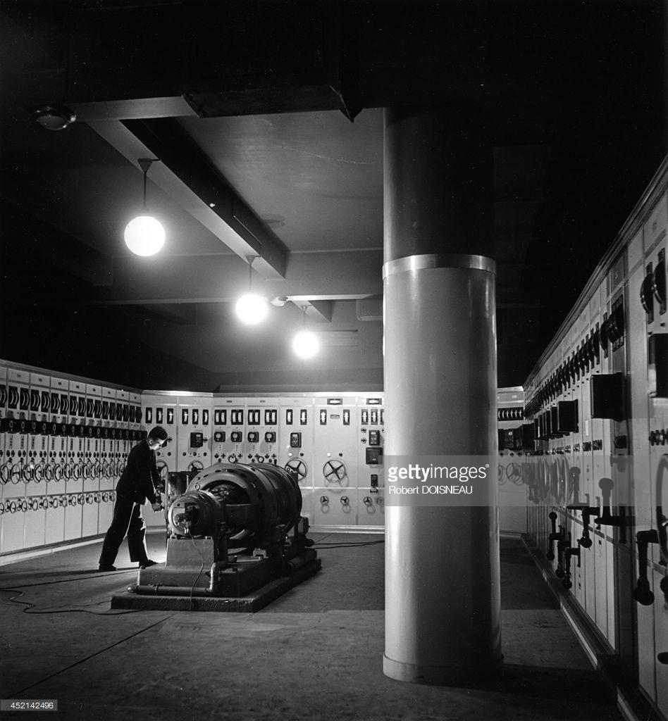 1942. Комната с блоком электропитания в лаборатории ядерной химии Фредерика Жолио-Кюри