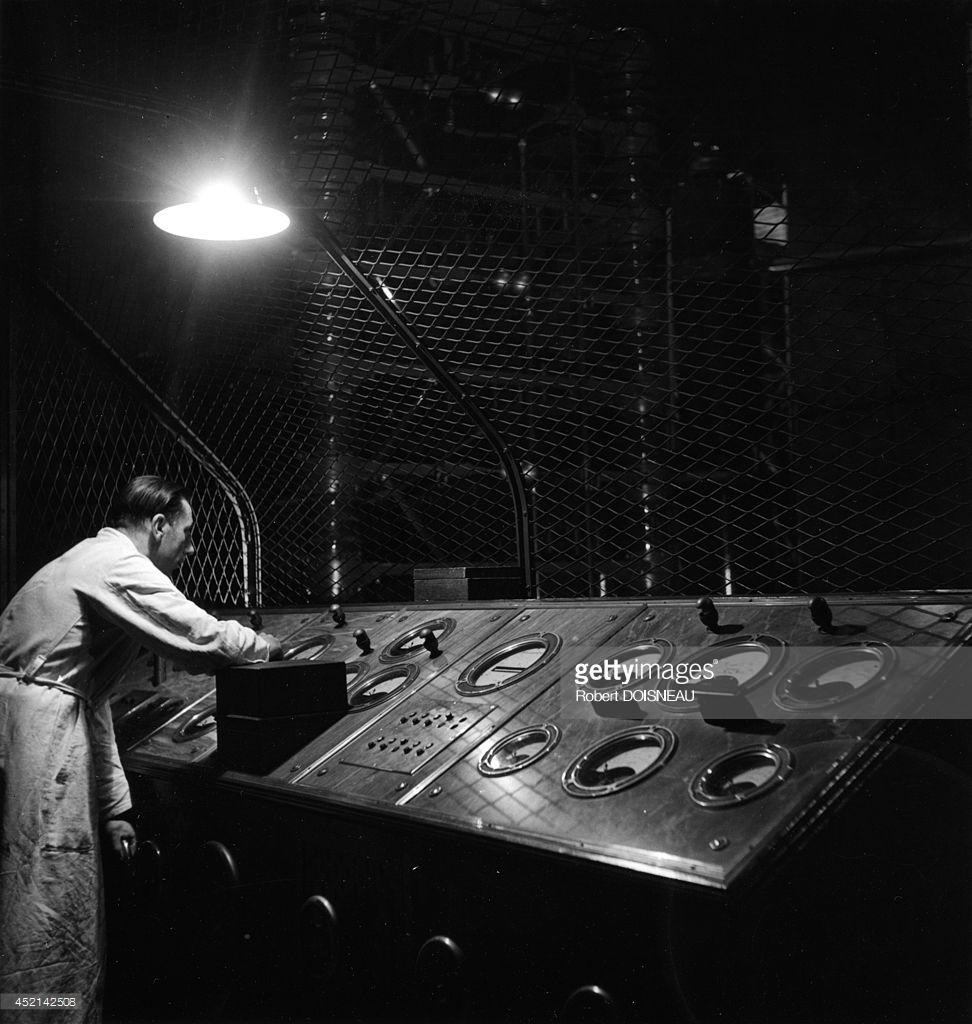 1942. Контрольная панель генератора импульсов в лаборатории ядерной химии Фредерика Жолио-Кюри