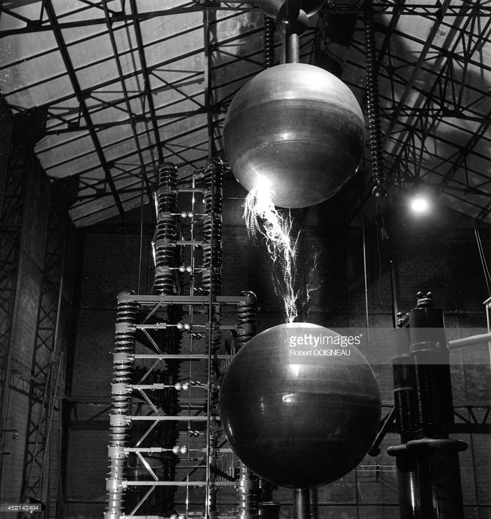 1942. Сферический искровый разрядник в лаборатории ядерной химии Фредерика Жолио-Кюри