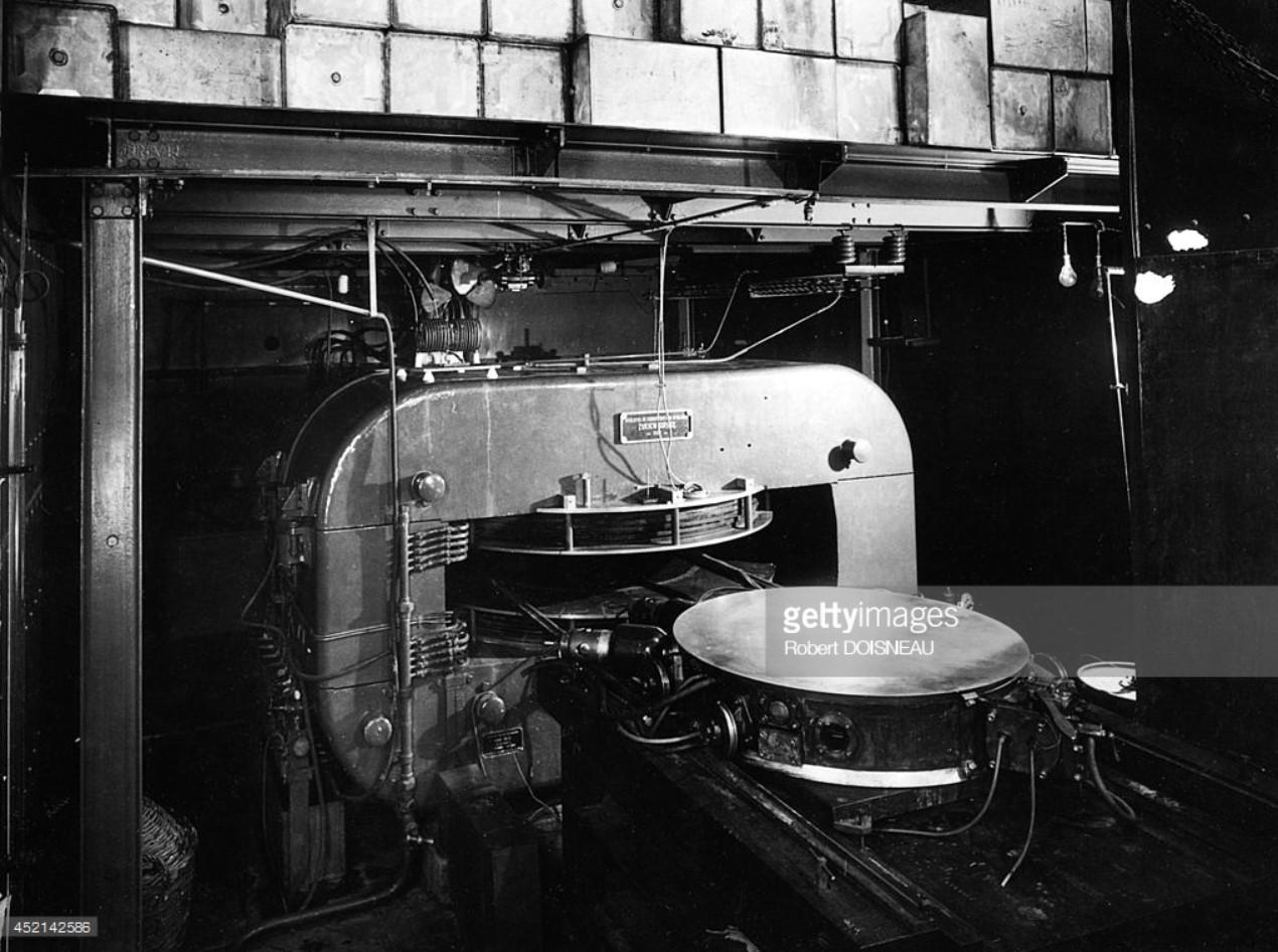 1942. Циклотрон в лаборатории ядерной химии Фредерика Жолио Кюри