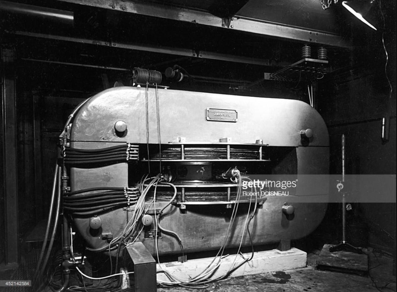 1942. Циклотрон в лаборатории ядерной химии Фредерика Жолио-Кюри