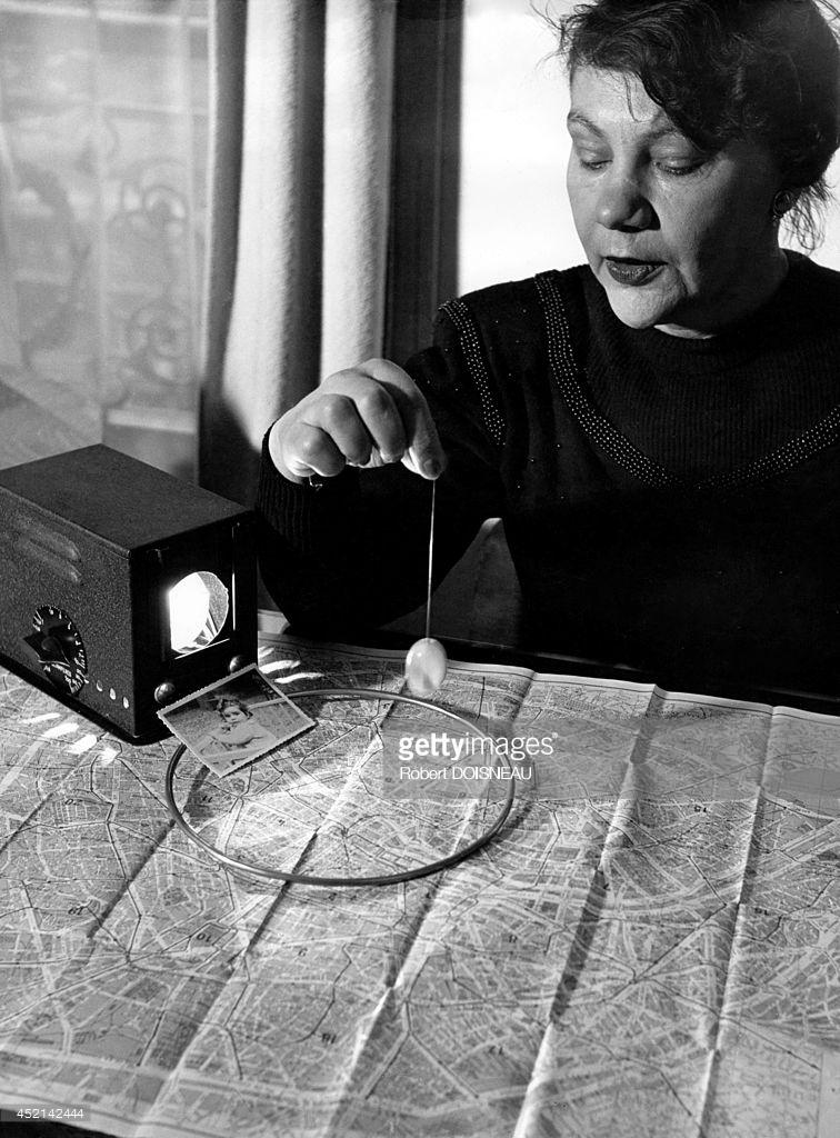 1948. Г-жа Мори, медиум, следит за картой с маятником в поисках пропавшего ребенка