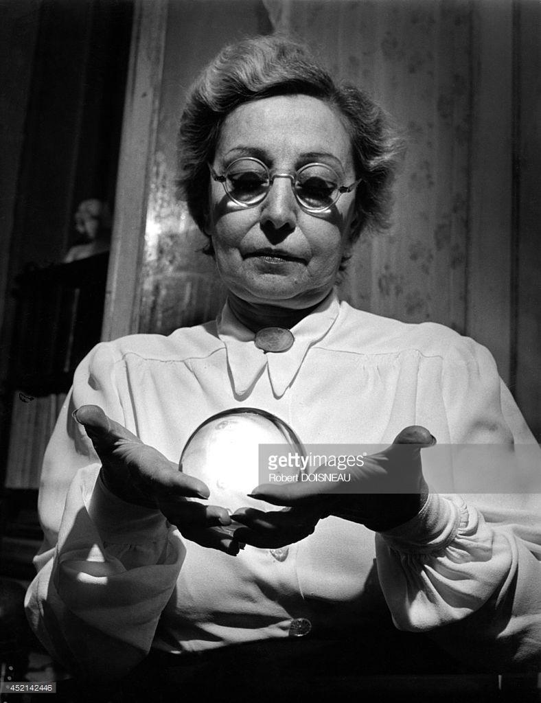 1949. Г-жа Треве де Гарсия, предсказательница со своим хрустальным шаром