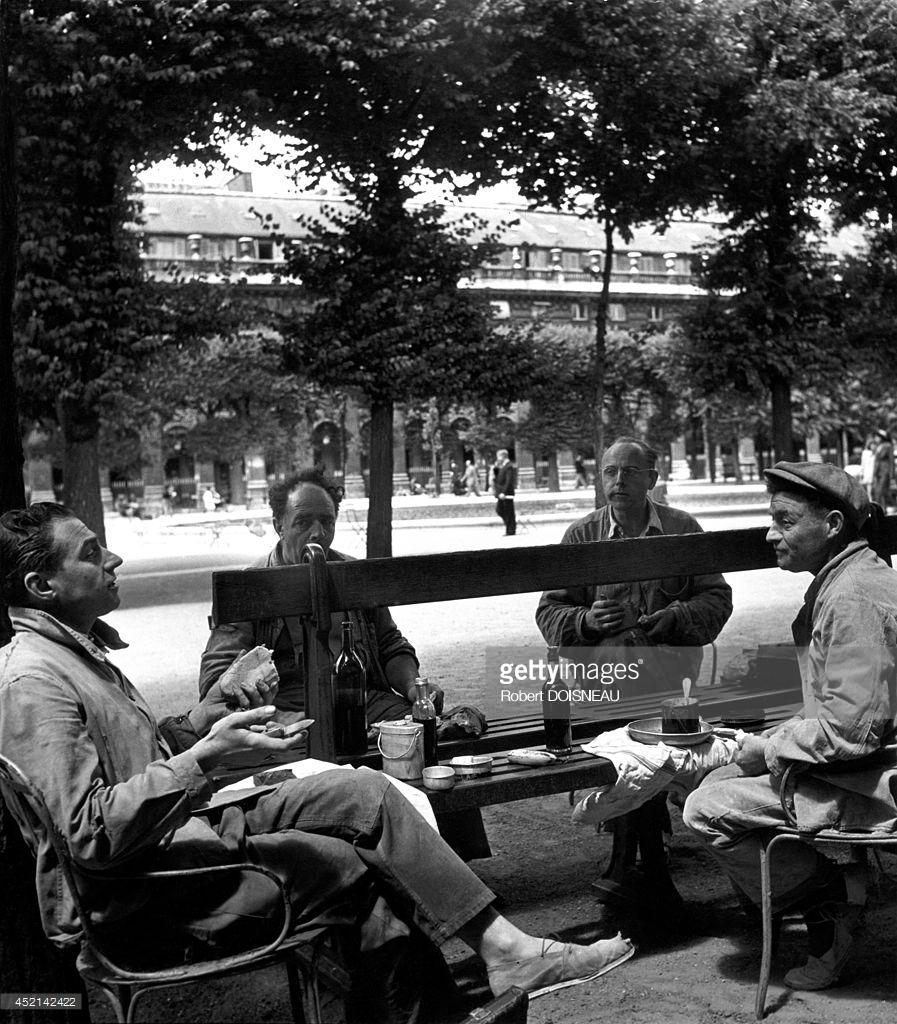 1950. Люди, обедающие в саду Пале-Рояля