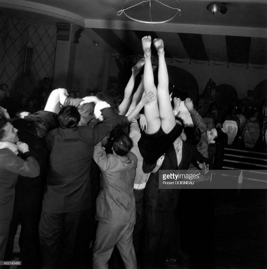 1953. Люди, отмечающие праздник в Сент-Иве, Сен-Жермен-де-Пре