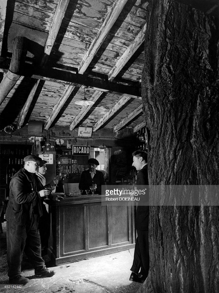 1957. Французский журналист, поэт и лексикограф Роберт Жиро в кафе г-на Дюбрейя в Баньоле