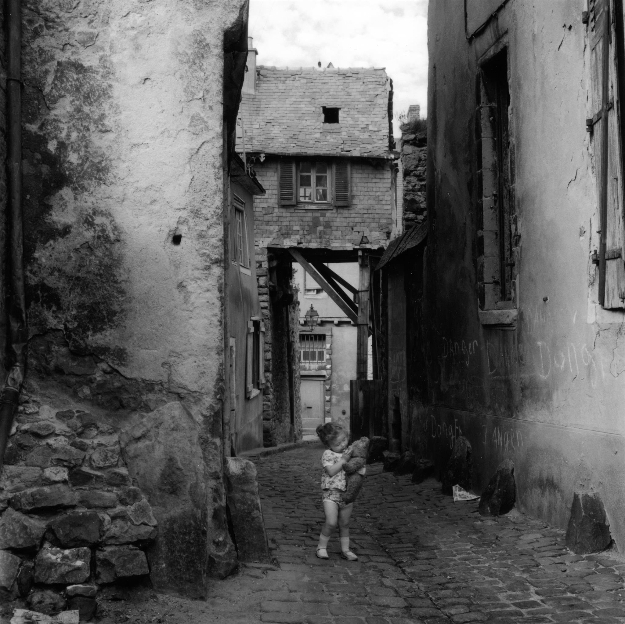 1962. Маленькая девочка, играющая на улице старого города в Ле-Мане