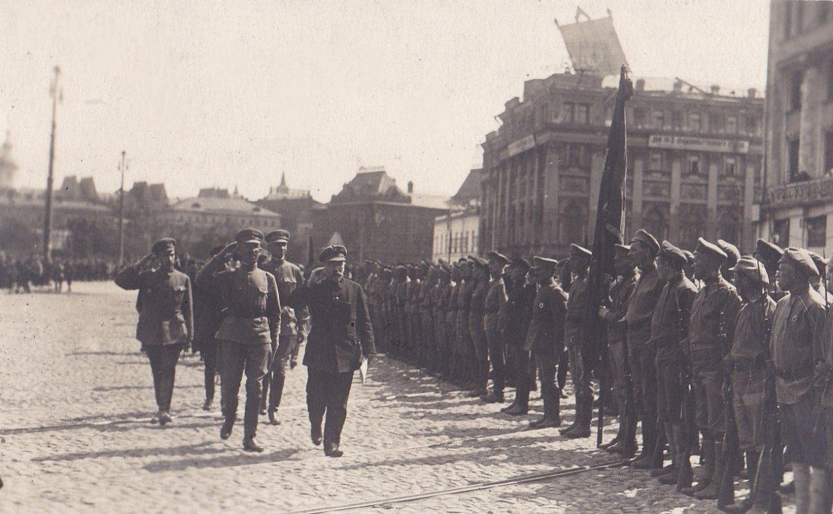 1918. Каменев обходит строй войск