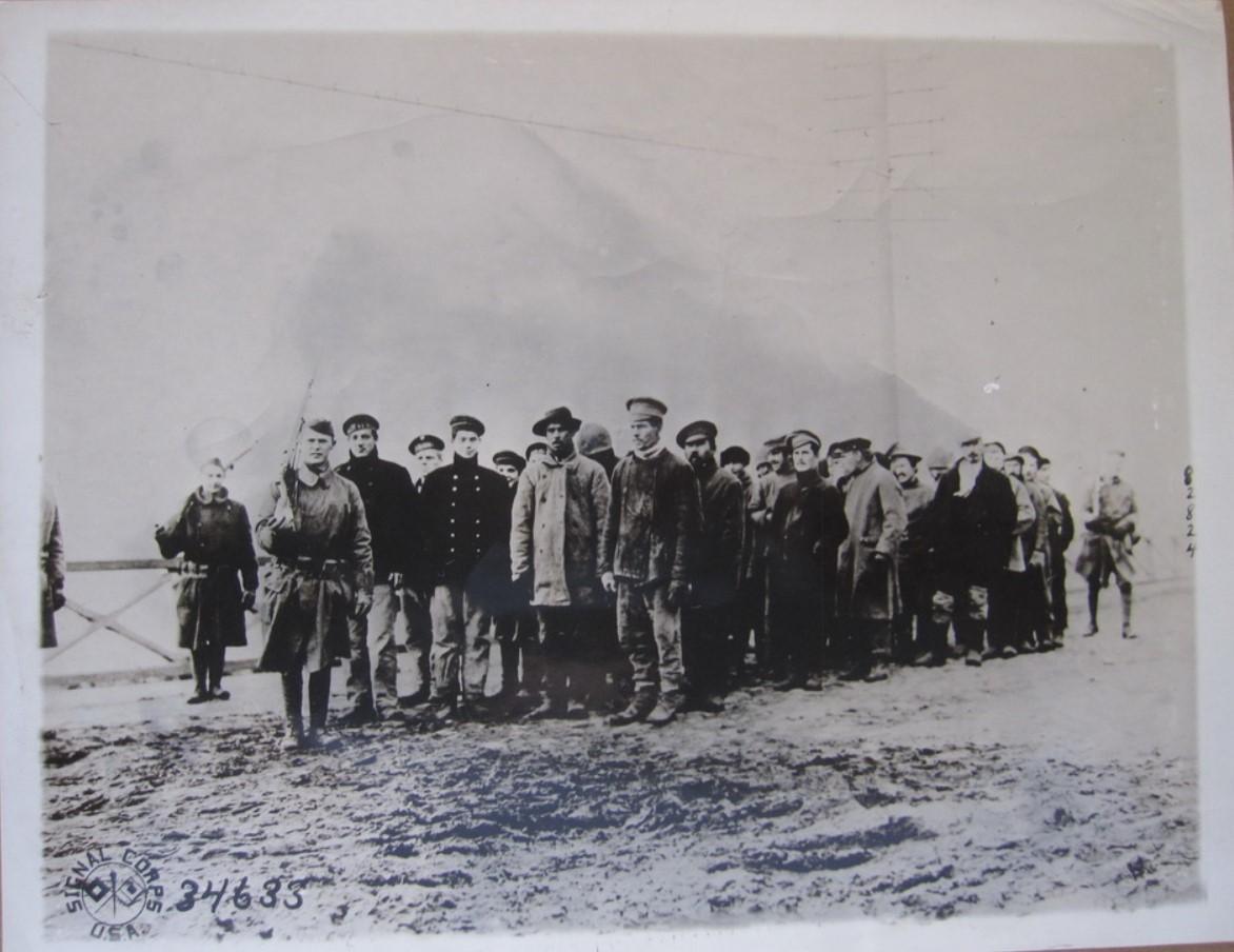 1919. Солдаты 339-го саперного конвоируют пленных большевиков в Архангельске. 27 января