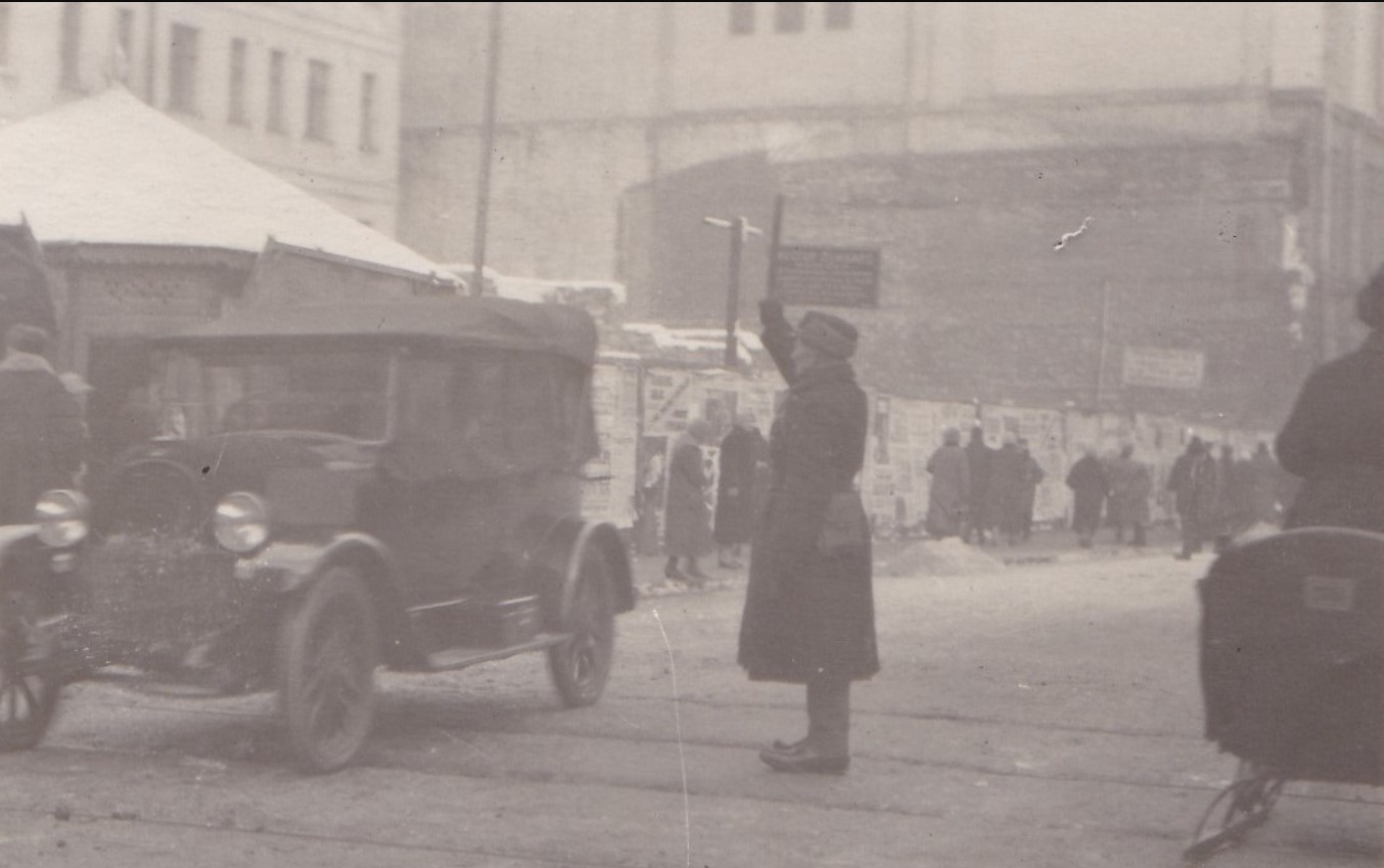 1926. Постовой регулировщик на углу Столешникова переулка и Дмитровки