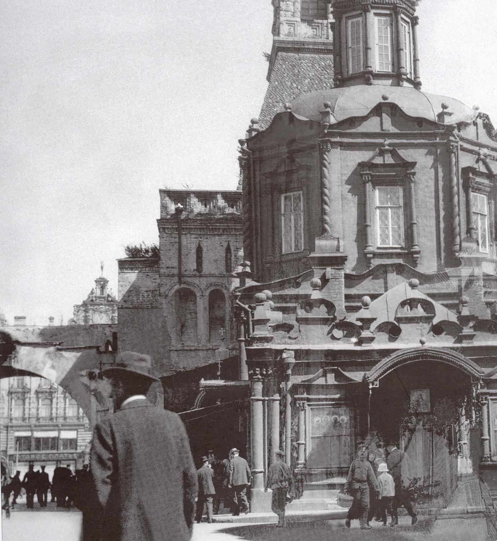 Вид на Проломные ворота и Лубянскую площадь. Церковь Иконы Владимирской Богоматери