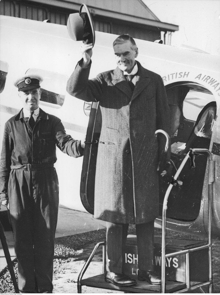 Премьер-министр Великобритании Невилл Чемберлен садится в самолет в аэропорту Лондона