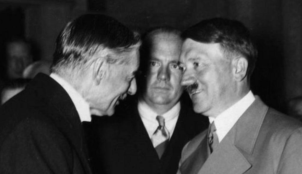 Встреча премьер-министра Великобритании Невилла Чемберлена и канцлера Германии Адольфа Гитлера