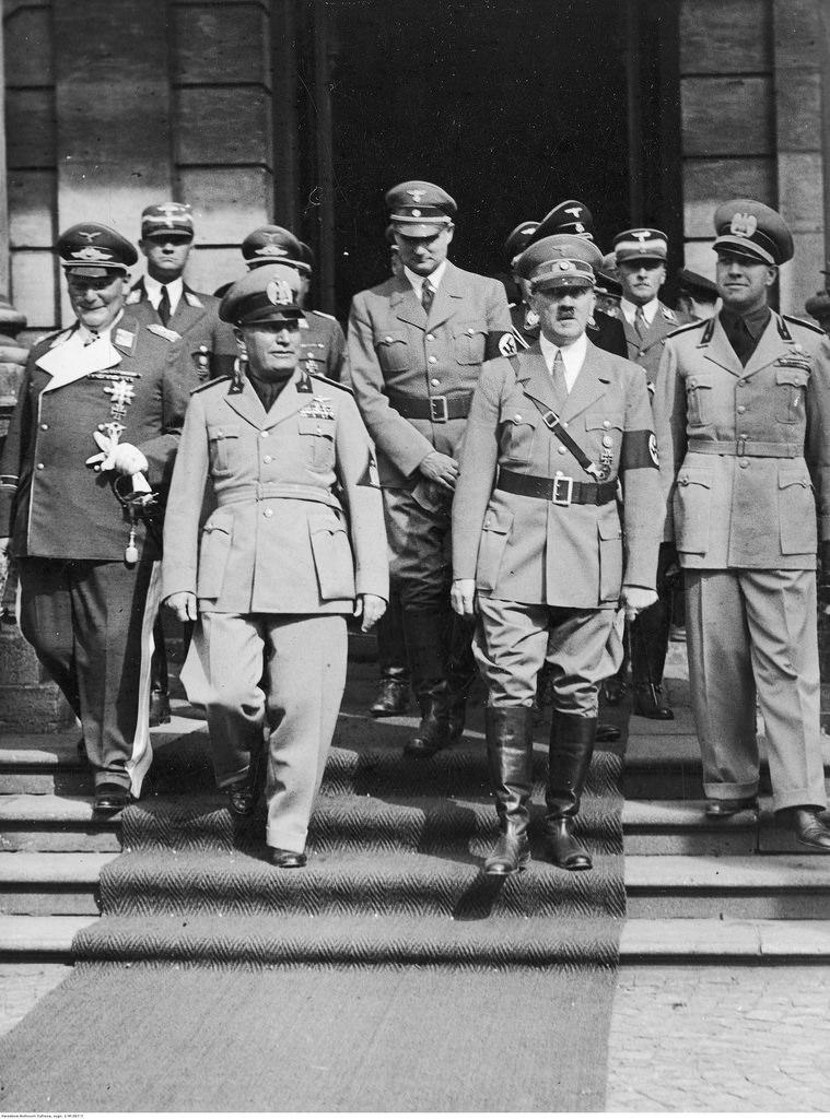 Прибытие делегации Италии во главе с премьер-министром Бенито Муссолини. Перед Главным вокзалом Герман Геринг, Бенито Муссолини, Рудольф Гесс (в глубине), Адольф Гитлер