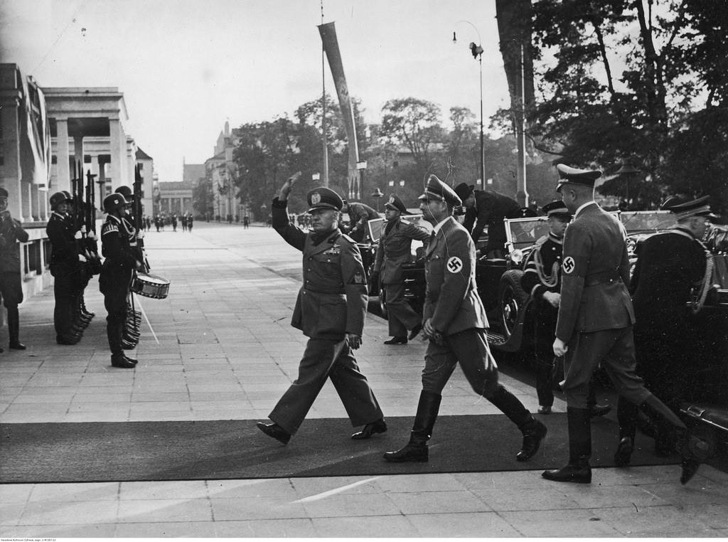 Премьер-министр Италии Бенито Муссолини и германский министр без портфеля Рудольф Гесс перед зданием, где позднее было заключено Мюнхенское соглашение