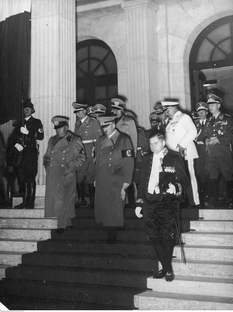 Участники конференции покидают здание, где проводилась встреча.  Премьер-министр Италии Бенито Муссолини и канцлер Германии Адольф Гитлер