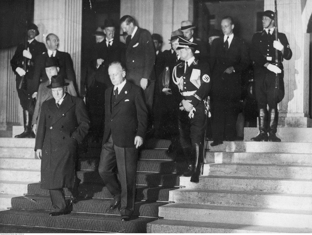 Участники конференции покидают здание, где проводилась встреча. На переднем плане премьер-министр Франции  и министр иностранных дел Германии Йоахим Риббентроп
