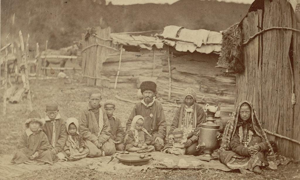 Семья башкиров летом на качевке