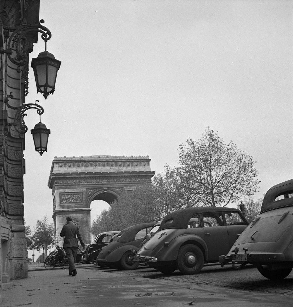 Парковка немецких автомобилей перед реквизированными зданиями