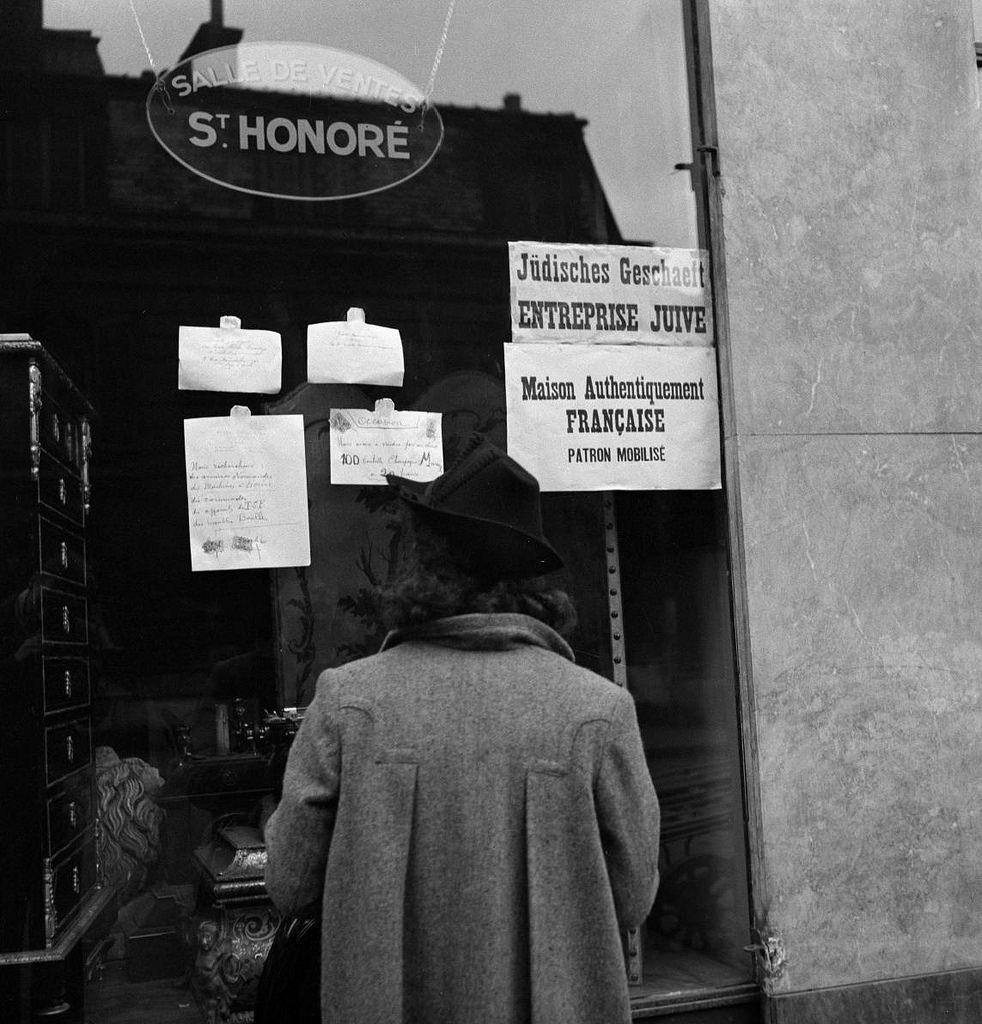 Плакаты (Judisches Geschäft, еврейский бизнес) на окнах принадлежащих евреям магазинов в оккупационной зоне )