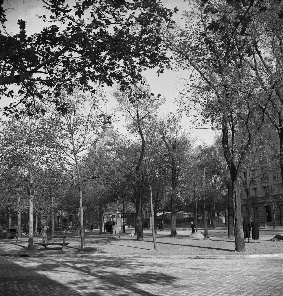 Площадь Кошен Дени без памятника