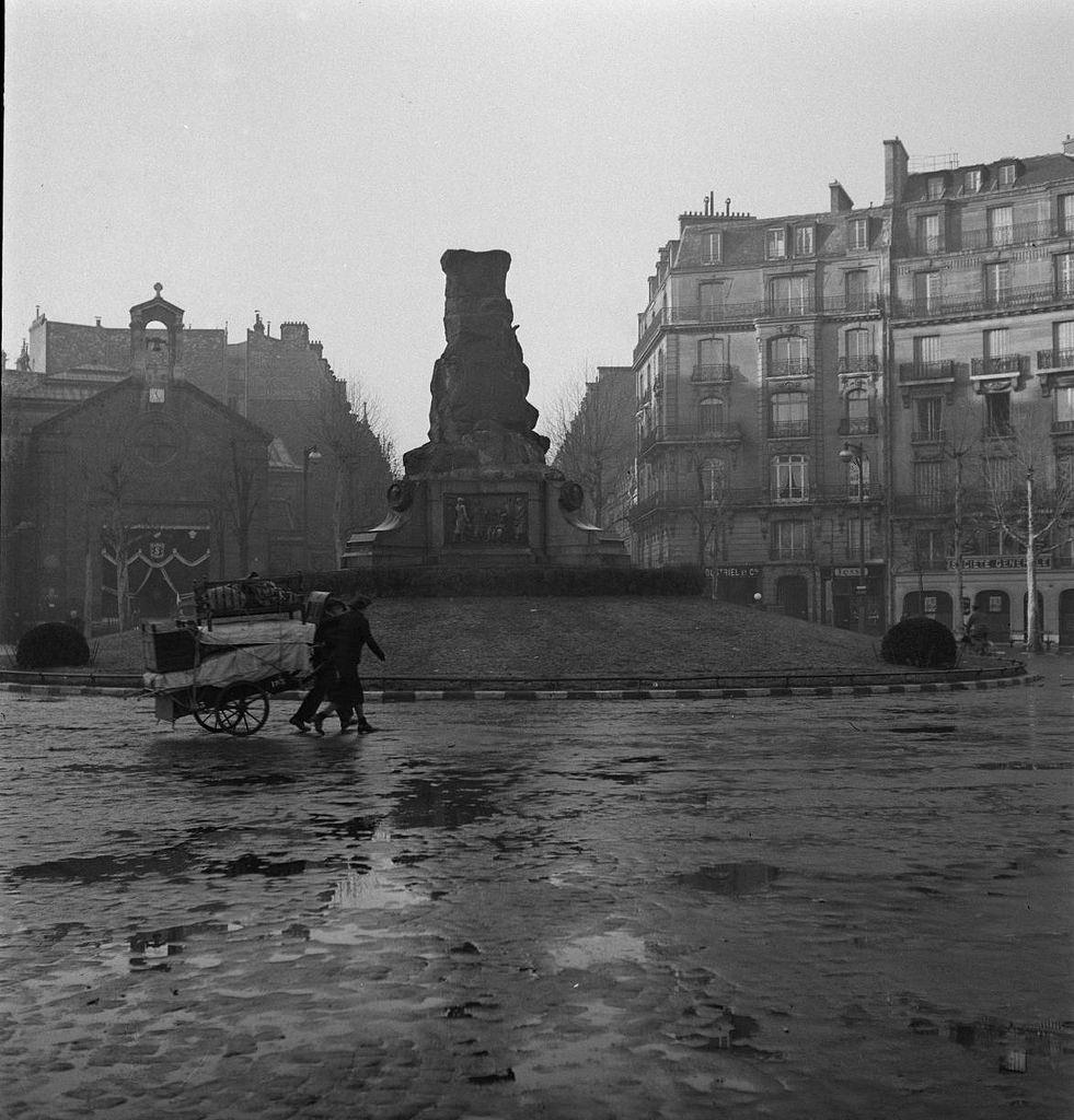 Площадь Виктора Гюго. Опустевший пьедестал, Виктор Гюго отправился на переплавку