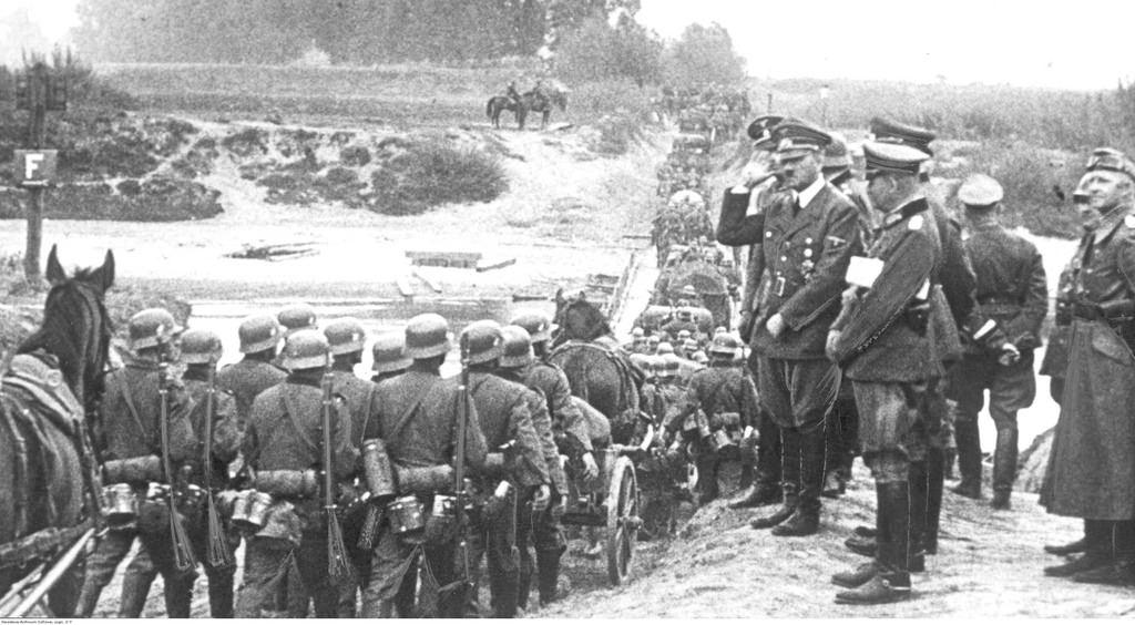Немецкие войска во время пересечения Вислы вблизи Хелмно. Их приветствует Адольф Гитлер