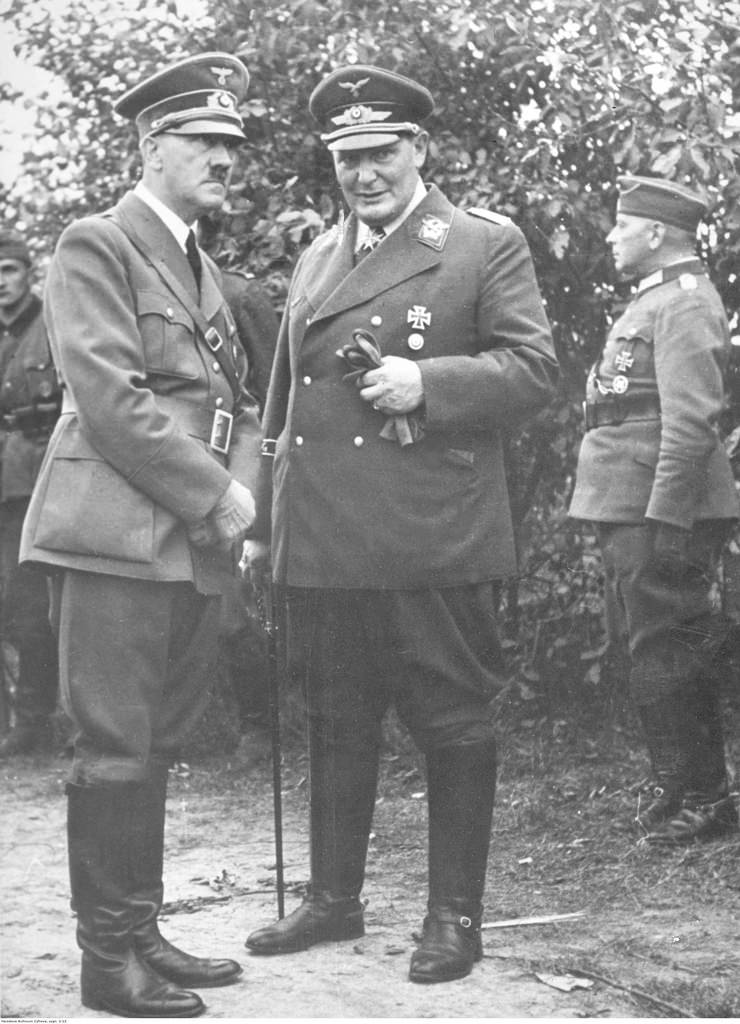 1939.  Адольф Гитлер (слева) беседует с Германом Герингом (справа) на Оксиви