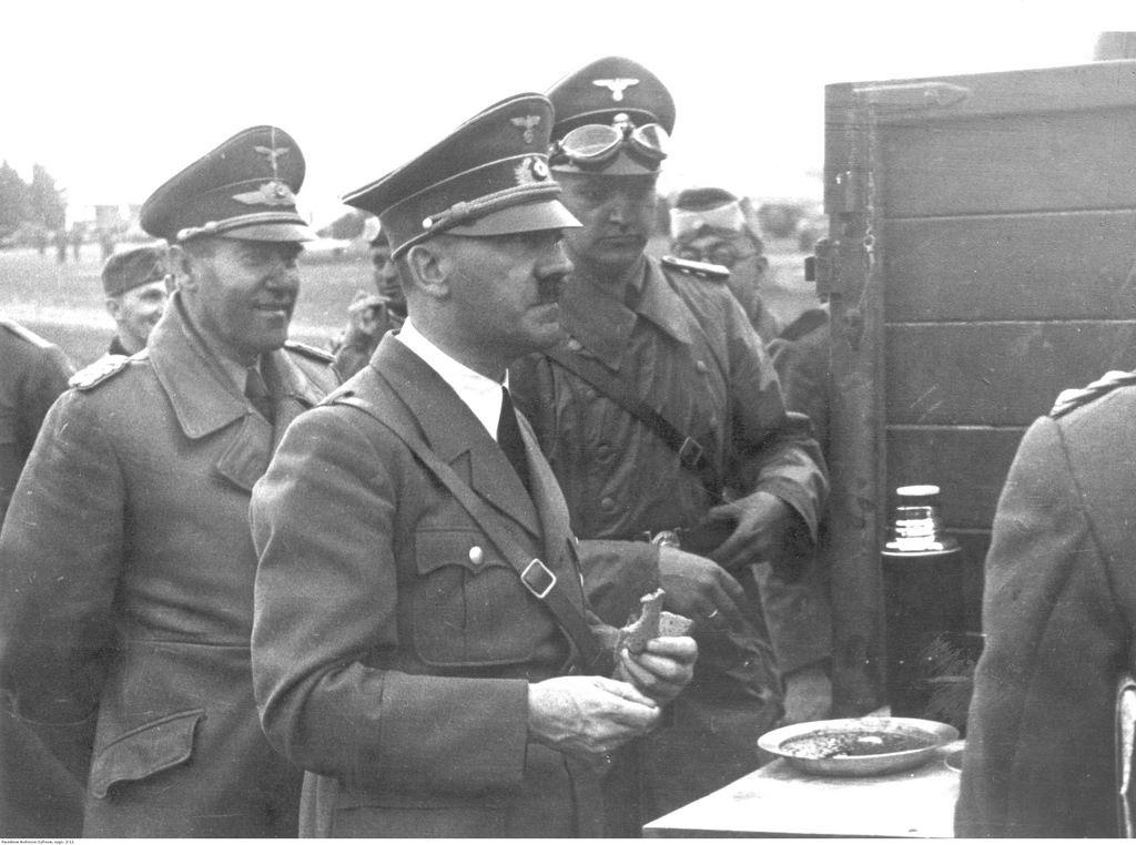 Адольф Гитлер во время дегустации солдатской еды