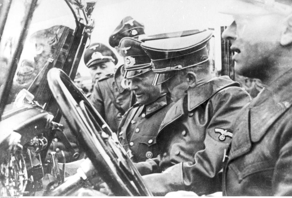 Адольф Гитлер читает отчет с фронта в машине во время боёв за Варшаву