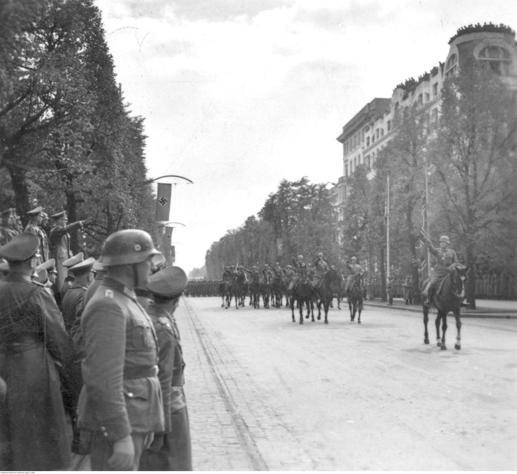 Адольф Гитлер принимает парад немецких войск в Аледже Уяздовском в Варшаве.