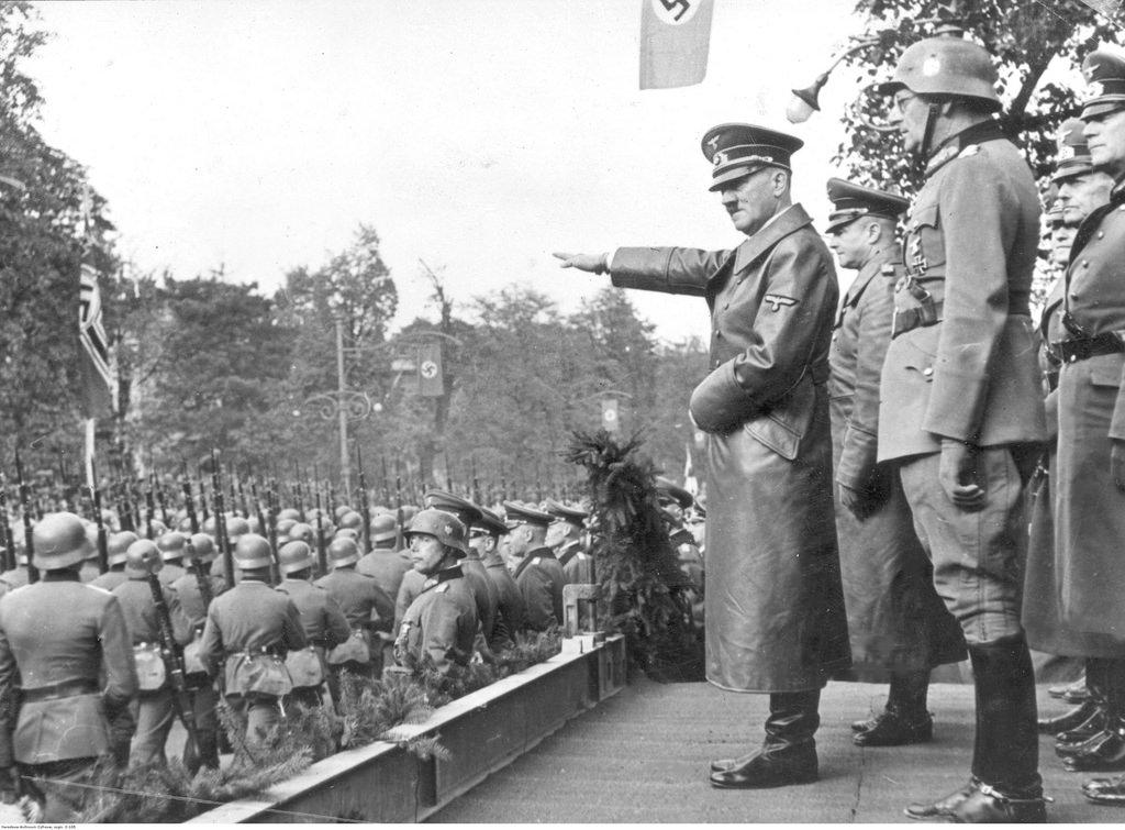 Адольф Гитлер принимает парад немецких войск в Аледже Уяздовском в Варшаве