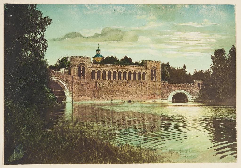 Вид на пруд, мост и церковь Рождества Богородицы