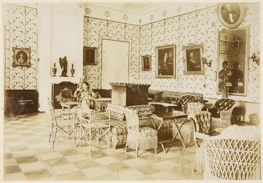 Интерьер Красной гостиной. Над зеркалом на правой стене портрет В. Н. Панина