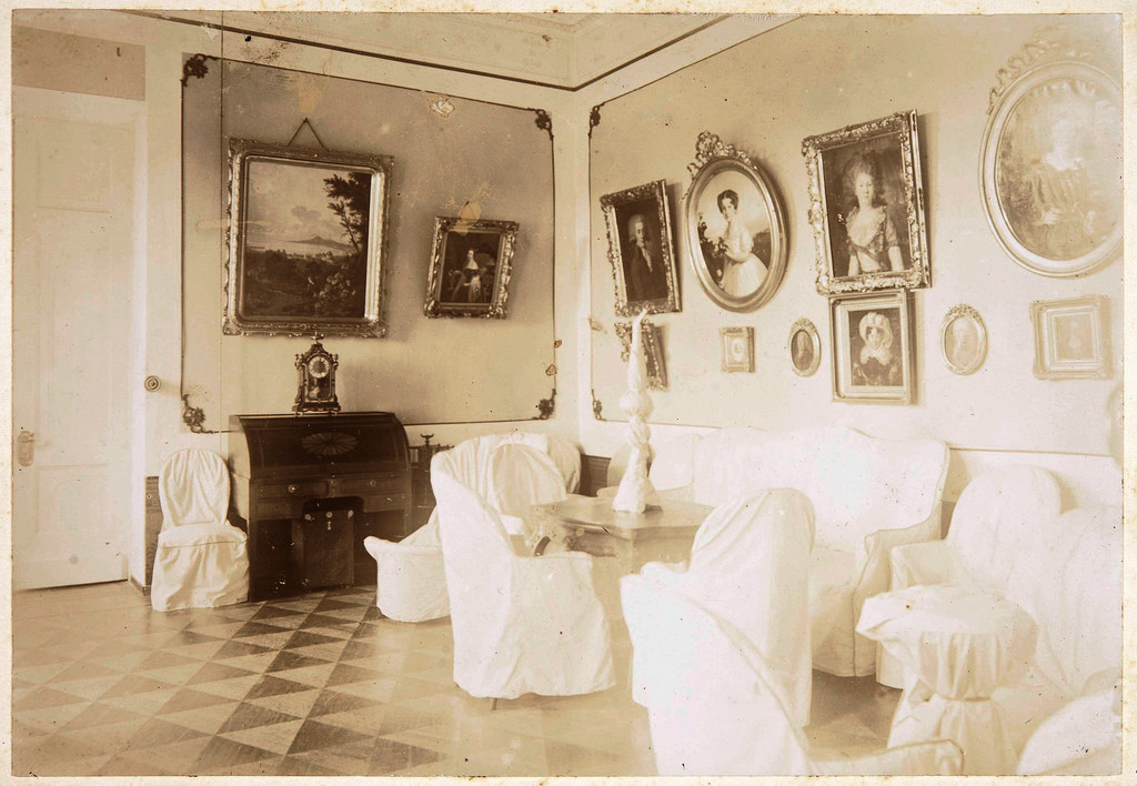 Интерьер гостиной второго этажа. На правой стене портреты С. В. Паниной