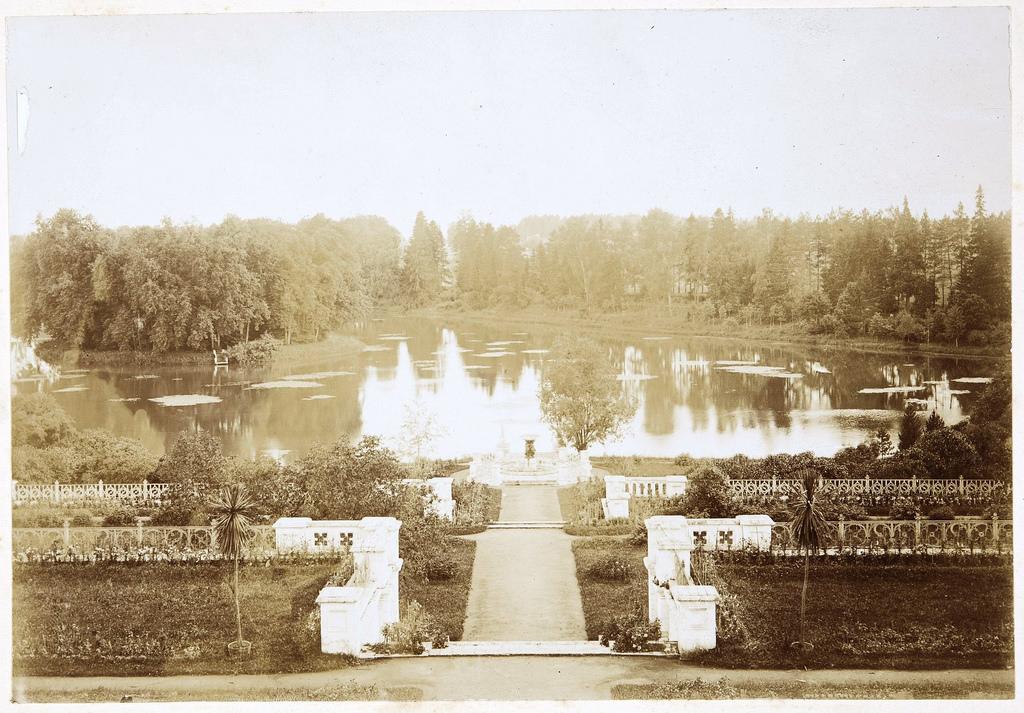 Вид на лестницу, фонтан, пруд и пристань со стороны террасы усадебного дома