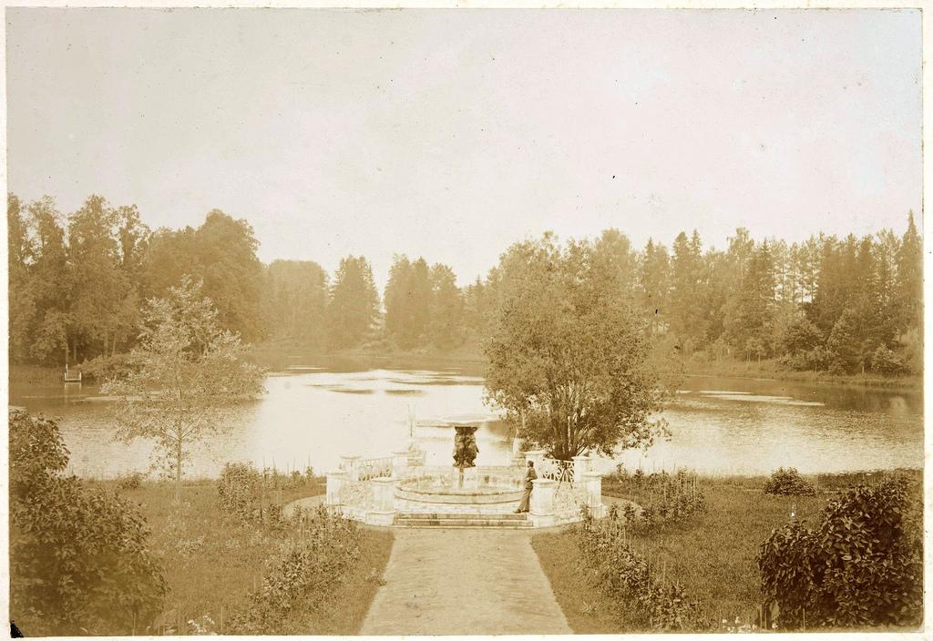 Вид на пруд и пристань с южной стороны усадебного дома. В центре фонтан с фигурами детей