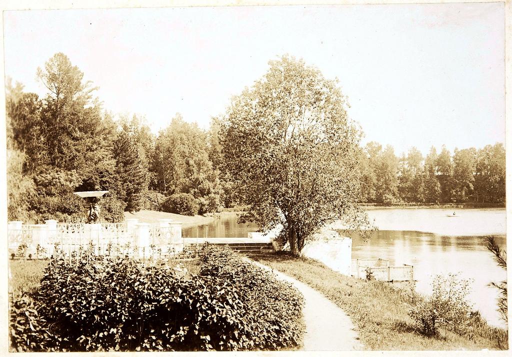 Пристань с грифонами и пруд у южной стороны усадебного дома