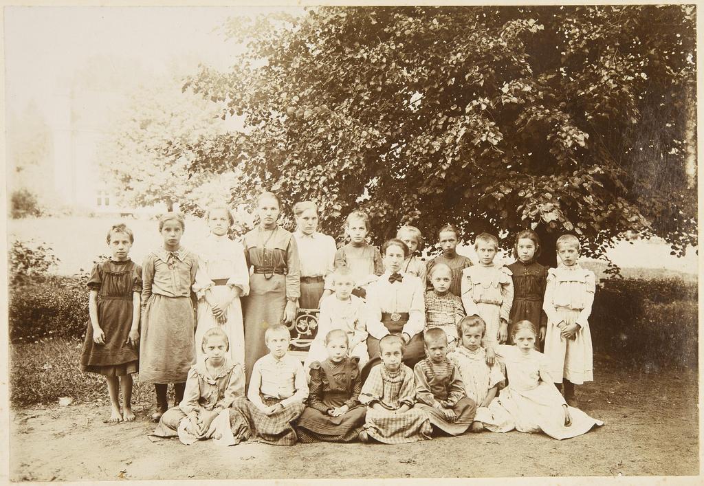 Воспитанницы и их наставницы в парке около северного фасада усадебного дома