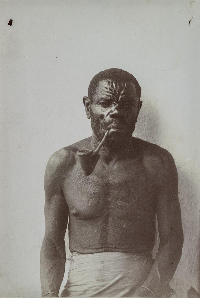 Антропометрическое изображение мужчины с трубкой.
