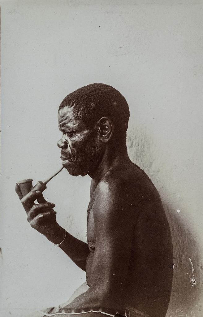 Антропометрическое изображение мужчины с трубкой