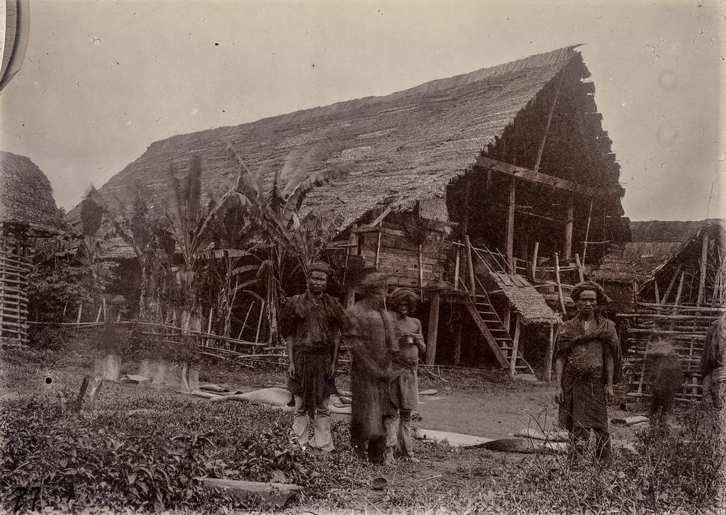 Группа мужчин в поселении