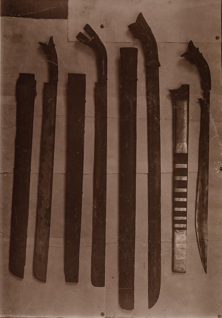 Изображение различных мечей и саблей