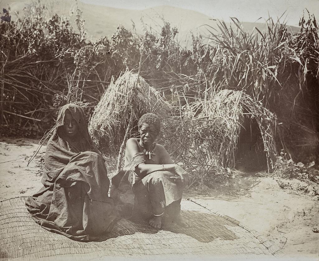 Портрет двух женщин, сидящих на коврике