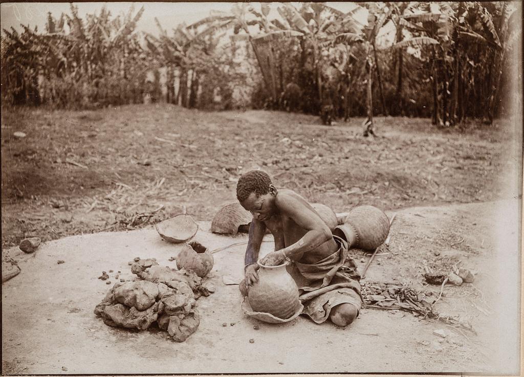 Портрет женщины, делающей кувшин