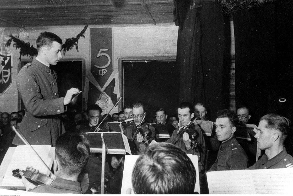1941-1942.  Оркестр 5-й пехотной дивизии польской армии во время концерта.