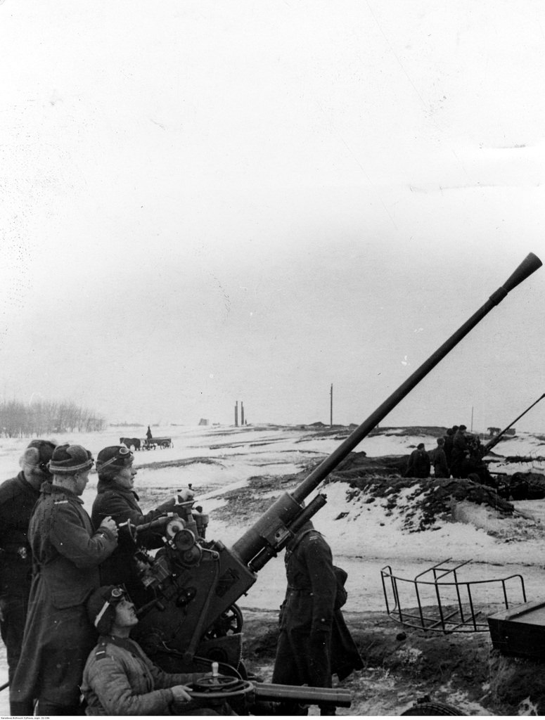 1941-1942. Зенитные орудия калибра 37 мм.