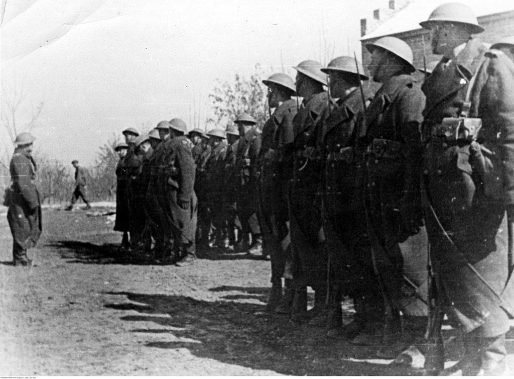 1942. Солдаты во время переклички