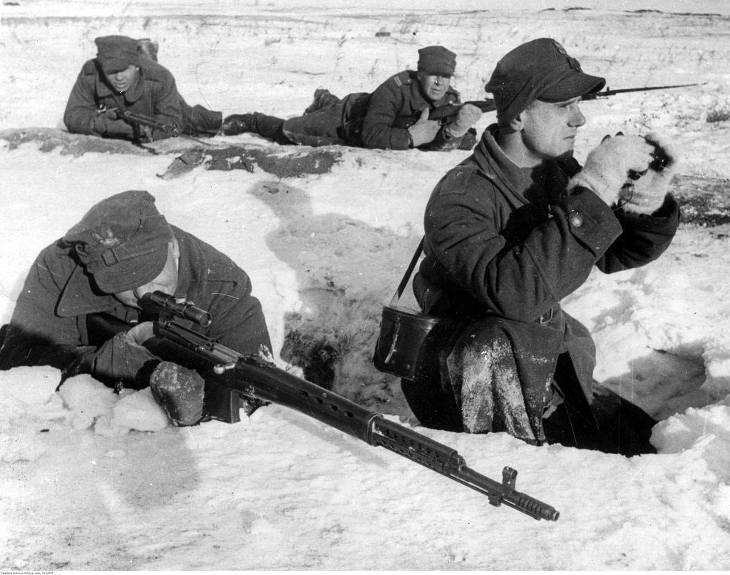 1942. Учения польской армии в СССР. На переднем плане солдат с винтовкой SWT-40, оснащенной оптическим прицелом